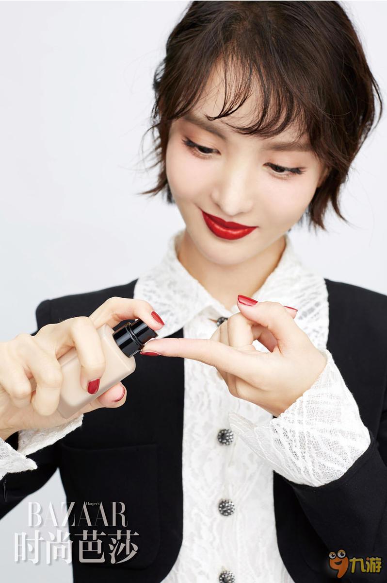 高清:金晨最新俏皮写真 手指上画红唇很可爱