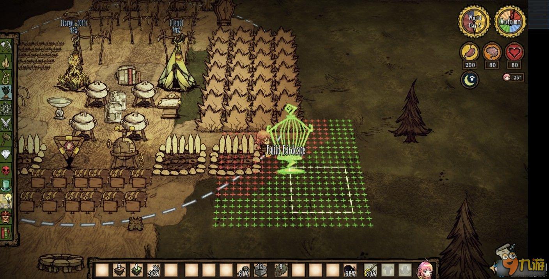 《饥荒》游戏中建造一个实用的基地,想必许多玩家都还在研究的,今天小编带来太牛好恶心分享的《饥荒》基地建设布局图文攻略,我们一起了解下吧。 适合3~4个人用的小家。 优点:家里只需要一个,可以节约齿轮,资源比较集中 缺点:前期没办法照明整个家,建筑比较集中显得拥挤,得按照一定顺序建家 整体布局  搭建过程 首先找个合适的地方,用草叉把地皮铲成下图的样子  然后再做好火堆,二本,锅和冰箱(冰箱要在锅做好后再做)  二本建在下图公主脚下正方形的边角  转一下视角,锅挨着二本放下,第二个锅隔一个放下,造四个锅,